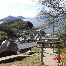 神社から海を見下ろす風景