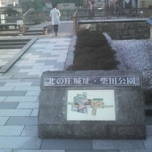 福井駅近く、城の石垣跡や神社など見どころ一杯です