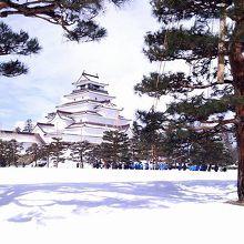 青い空と雪化粧した鶴ヶ城
