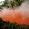 生き血を注いだような赤い池は世界的にも珍しい