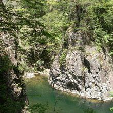 岩壁と激流に圧倒され、新緑と清流に癒される