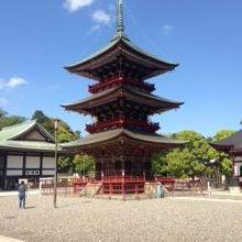 青空に映える極彩色の美しい塔