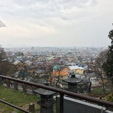 遠くには鶴ヶ城も眺められます
