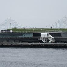 赤レンガパークから見た大さん橋外観。船の形をしています。