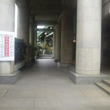 神社の参道にある力石です。