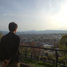 飯盛山から若松城がかすかに見える