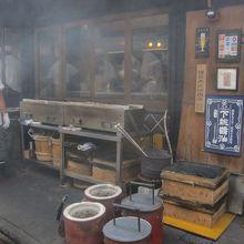 沿道の鰻屋さんの店頭で焼く鰻の匂いに誘われる