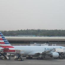 第2ターミナルに駐機中の飛行機が見られます