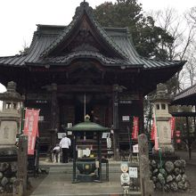 遠いが人気の寺で、先客が何人もいました。