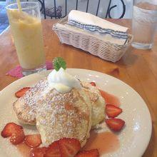 イチゴのスフレパンケーキとマンゴーのシェイク