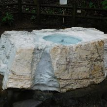 大理石から沸く水
