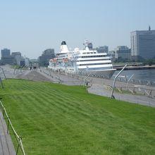 板張りの大桟橋と豪華客船