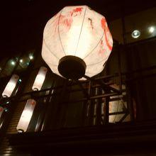 アートアクアリウムにあわせて金魚模様の提灯がかざってあります
