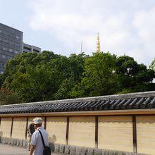 五重塔の先端が塀の外からも見えます