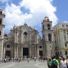17世紀の石畳が残るカテドラル広場も大聖堂内も多くの観光客で賑わっていました。