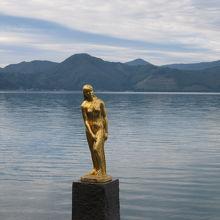 湖面をバックに。湖の色が写真に表れないのが残念です。