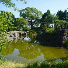 中心部には池のある日本庭園やその傍らに高山右近像も