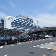 ターミナル正面 桜木町駅とのシャトルバスやタクシーが待つ