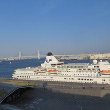 船内から見た ターミナルビルの入口 遠くベイブリッジも見える