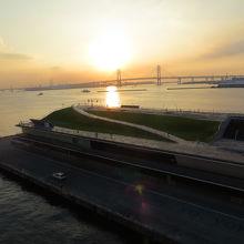 朝日を浴びる 大さん橋