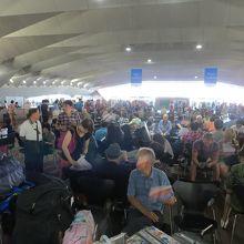 ターミナル内で乗船を待つ旅行客