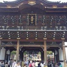 新勝寺で最初に出迎えてくれる門