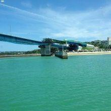 綺麗な海にかかる橋