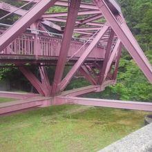 緑に囲まれたピングの橋