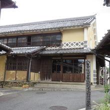 江戸時代からの建物が立ち並びます。