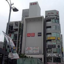駅近くのショッピングエリアにあります。