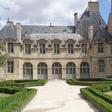 歴史を秘めた館とコンパクトな庭園