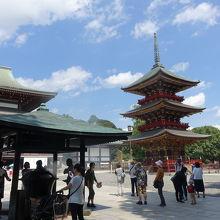 本堂の横にある三重塔