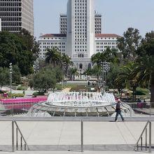市庁舎の真ん前に広がる公園