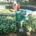 写真:「奉仕の道」の像