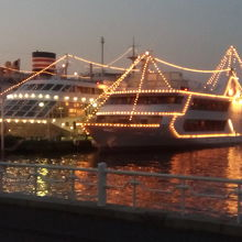 夕暮れ時の船舶乗り場