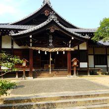 坂を登ったところにある神社