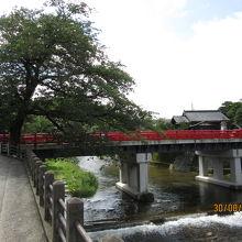飛騨高山の街の強いアクセントの赤い橋