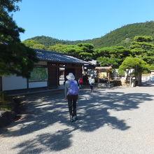 栗林公園の入り口です。ホテルから歩いて行きました。