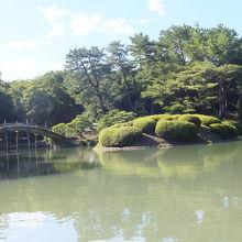 和船から見えた偃月橋と杜鵑嶼(恋つつじ)。