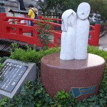 純信とお藩の像そしてバナナマンの日村さんの後姿