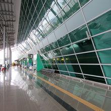 リゾート地らしい軽やかな雰囲気の空港です