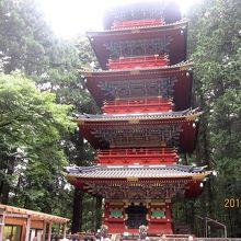 「東照宮」は神君・家康公を祀る神仏習合時代の神社でありお寺。普通お寺にしかない立派な五重の塔があります。
