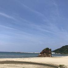 青空と砂浜と弁天島