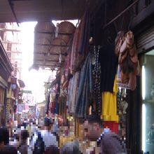14世紀から市が出来た歴史の古いカイロ一大お土産品市場です。