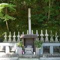 写真:十三士の墓