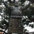 駐車場のそばにある銅像
