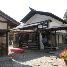 5つの蔵と1棟の母屋がある大きな屋敷。
