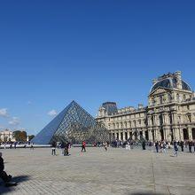 ピラミッドを入れて美術館を撮ろう