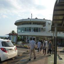 円形の建物が特徴の道の駅