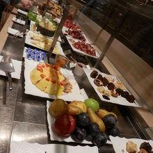 AZアリタリア航空のCASAカーサラウンジはイタリア料理も色々ありました。